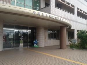 沖縄県中部保健所 中央付近にいる、青い丸い人は何なのかしら。
